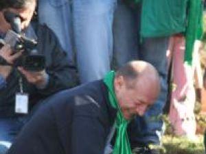 Preşedintele Băsescu plantând un salcâm