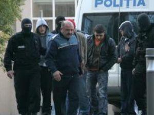 Poliţiştii i-au reţinut pe cei cinci pentru o perioada de 24 de ore