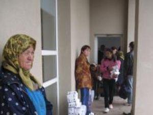 Faină şi zahăr date gratis pentru asistaţii social şi pensionarii din agricultură