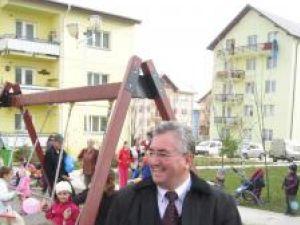 Ion Lungu printre copiii adunaţi la noul loc de joacă
