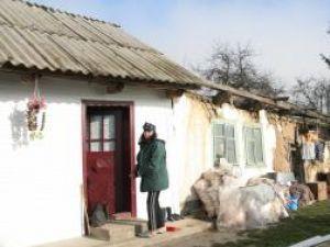 Deşi iarna a început deja să-şi facă simţită prezenţa, în satul Ţibeni mai sunt încă oameni care nu s-au mutat în casele lor