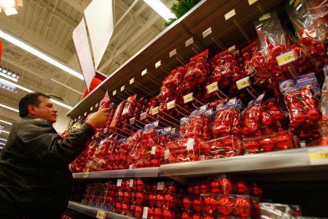 Ornamentele pentru brad se găsesc deja pe rafturile magazinelor. Foto: MEDIAFAX