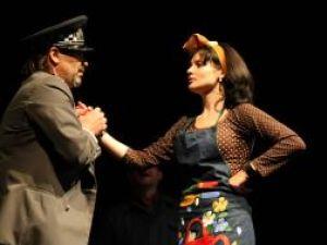 Alina Mihaela Horeanu în rolul femeii de serviciu din adăpost, în premiera de joi seară