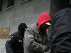 Escortaţi de cagulişti, suspecţii au fost aduşi pe rând în faţa procurorilor DIICOT
