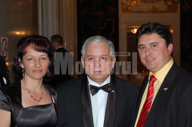 Preşedintele Poloniei, Lech Kaczynski, (în mijloc), s-a fotografiat cu deputatul Ghervazen Longher şi soţia acestuia