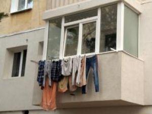 Reguli noi: Amenzi aspre pentru scuturatul covoarelor de la geam şi uscarea chiloţilor pe balcon