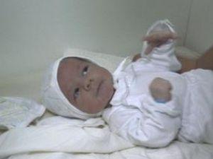 Bebeluşul care a fost abandonat joia trecută, într-o scară de bloc din Fălticeni