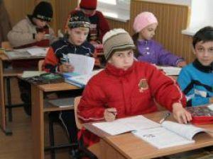 Elevii şi profesorii sunt nevoiţi să stea la ore într-un frig crunt, îmbrăcaţi cu geci groase
