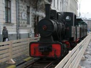 Trenul tractat de locomotiva pe abur are trei vagoane de călători