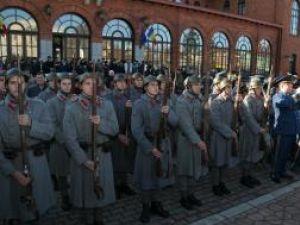 Soldaţii prezintă onorul militar