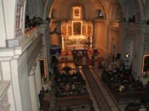 Grigore Leşe sub lumina altarului din Catedrala Catolică