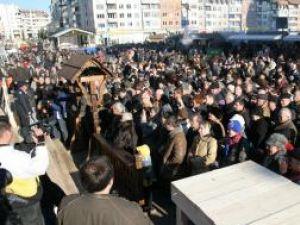 Mii de oameni, ieri, în centrul Sucevei au  sărbătorit împlinirea a 90 de ani de când Bucovina s-a unit cu România