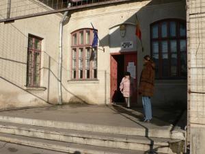 Pensionarii fălticeneni s-au oprit în drumul spre biserică pentru a vota