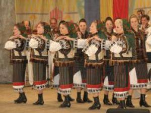 """Artiştii Ansamblului Artistic """"Ciprian Porumbescu"""" au fost aplaudaţi la scenă deschisă"""