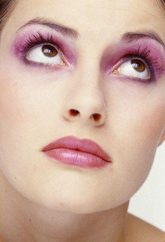 Atenţie la nuanţa fardurilor de ochi pe care le folosiţi când vă machiaţi! Foto: ZEFA