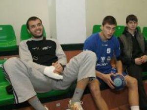 Cei trei accidentaţi, Andrei, Bursuc şi Spiridon (de la stânga la dreapta), au privit amicalul de ieri din tribune
