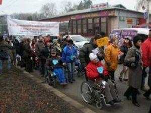 """""""Pledoarie pentru demnitate"""": Aproape 300 de persoane au participat ieri la marşul persoanelor cu dizabilităţi"""