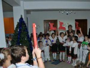 Cei mici nu l-au aşteptat nepregătiţi pe Moş Nicolae şi în cinstea lui au susţinut un program artistic, cu poezii şi cântece
