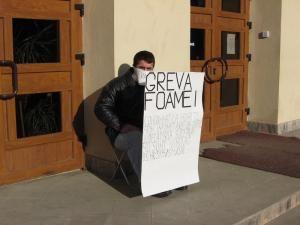 Dorin Aelenei, protestând în faţa Palatului de Justiţie Suceava