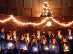 Colindele nu trebuie să lipsească din nici o casă care întâmpină cum se cuvine Crăciunul. Foto: MEDIAFAX