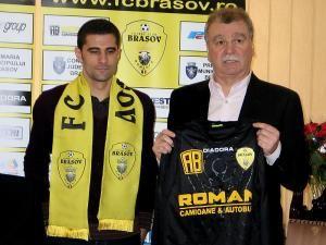 Dinu Gheorghe (D), preşedintele clubului FC Braşov, îl prezintă pe noul jucător al echipei, portarul Dani Coman. Foto: ZOLTAN RACZ / MEDIAFAX