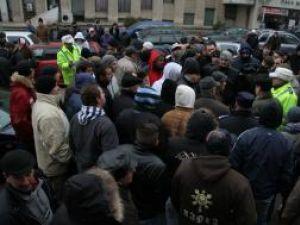Oamenii au fost informaţi de autorităţi că riscă amenzi şi dosare penale, ceea ce i-a înfuriat şi mai tare