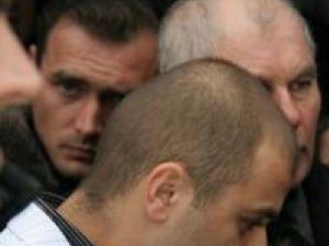 Bogdan, prietenul Dianei, a însoţit-o pe drumul până la groapă îmbrăcat în haine de mire, cu costum alb şi cu floare în piept