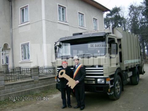 Relaţii de prietenie: Maşină de salubritate, donată de elveţieni Primăriei Salcea