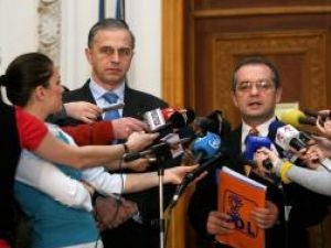 Emil Boc (dreapta) şi Mircea Geoană (stânga) după discuţiile celor două partide, în Palatul Parlamentului din Bucureşti. Foto: MEDIAFAX