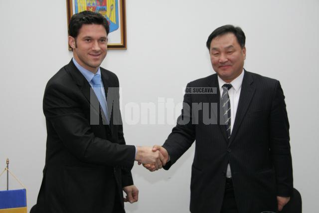 Excelenţa Sa Choi Ihl Song (dreapta) şi Petru Luhan (stânga)