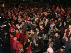 Primăria Suceava a împărţit azi peste 2.000 de cadouri copiilor