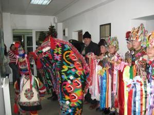 Grupul din Fântânele aducând spiritul Crăciunului