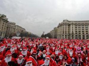 Aproximativ 4.000 de persoane costumate în Mos Craciun au mărşăluit ieri în Bucureşti. Foto: RAZVAN CHIRITA / MEDIAFAX