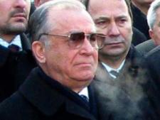 Ion Iliescu, primit cu ostilitate şi lovit cu monede la comemorarea eroilor Revoluţiei (Imagine din arhiva Mediafax Foto)