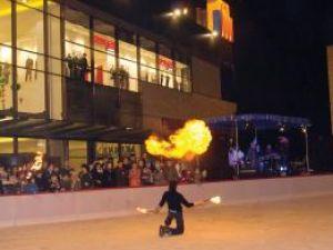 Distracţie: Foc şi gheaţă, la inaugurarea celui mai modern patinoar din Suceava