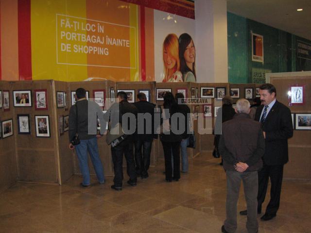 Premieră: Expoziţie de fotografie şi caricatură jurnalistică, la Iulius Mall