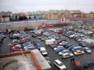 Parcarea de la Kaufland, plină de la primele ore ale dimineţii