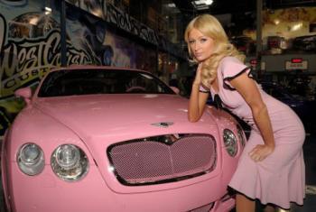 Paris Hilton şi-a făcut cadou de Crăciun o maşină de lux roz