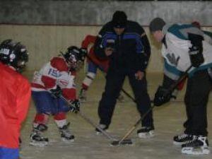 Diferenţă de gabarit pe gheaţa Patinoarului din Suceava