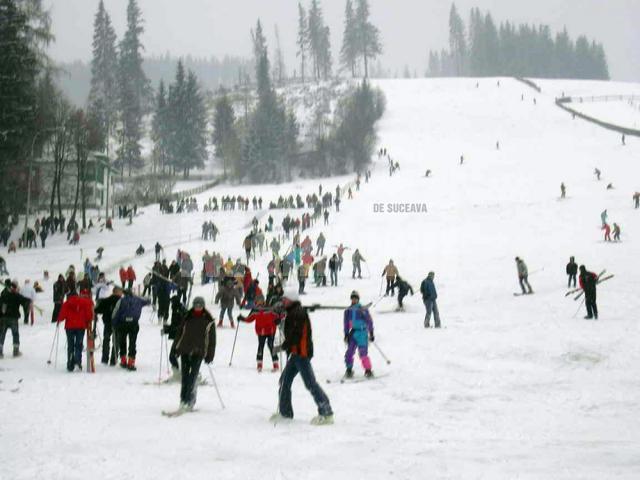 La Vatra Dornei, mulţi turişti şi-au petrecut timpul liber pe pârtiile de schi sau sanie