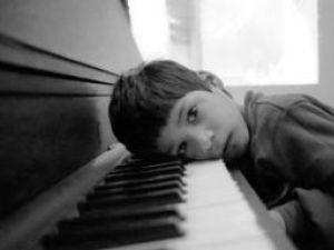 Minorii cu autism par indiferenţi şi închişi în sine. Foto: ALAMY