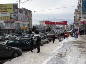 Străzile Fălticeniului au fost, ieri, de-a dreptul gâtuite de numărul mare de autovehicule
