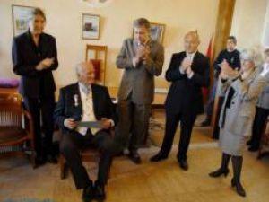 """Georges Cotos la ceremonia de remitere a Ordinului """"Meritul Cultural"""" în grad de Ofiţer"""