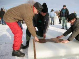 Primarul şi pompierii din Bosanci dau forma crucii de gheaţă
