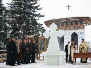 Crucea de gheaţă din centrul Sucevei a fost sfinţită în prezenţa oficialităţilor judeţene