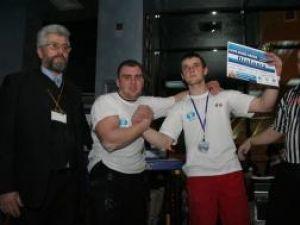Andrei Chiprianov din Rădăuţi (dreapta), cel care s-a impus la categoria 85 de kilograme, dar şi în concursul open