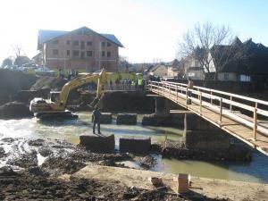 Oameni cu iniţiativă: Sătenii din Marginea îşi fac propriul pod de lemn pe DN 17