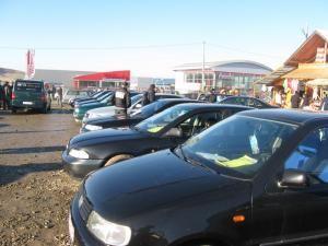 Clienţii interesaţi de cumpărarea unei maşini sunt tot mai rari în târgul de la Cumpărătura
