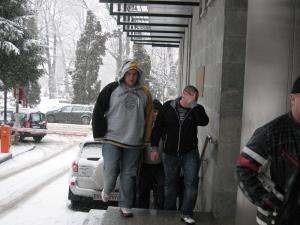 Ieri după-amiază, cu cătuşe la mâini, cei doi tineri au fost duşi de poliţişti la Parchetul de pe lângă Judecătoria Suceava