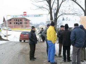 Anunţul că vor fi chemaţi la poliţie pare să-i fi solidarizat şi mai mult pe sătenii din Marginea